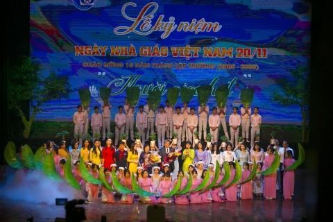 Tưng bừng lễ kỷ niệm ngày Nhà giáo Việt Nam và Chào mừng 15 năm thành lập trường THCS Đoàn Thị Điểm